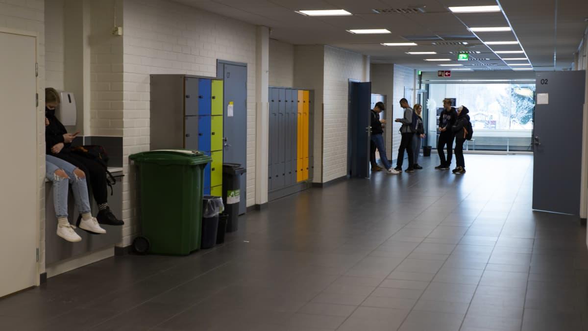 Tornion yläaste Putaan koulun käytävä.