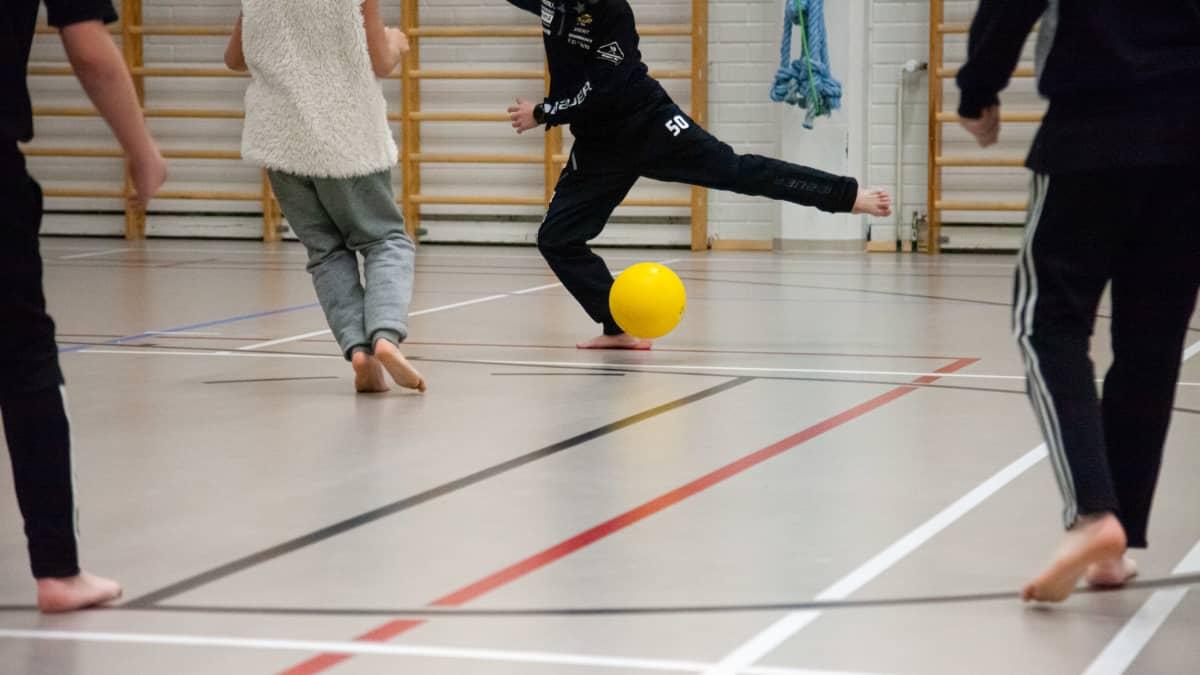 Lappeenrannan Lönnrotinkoulun 4.-luokkalaiset pelaavat liikuntasalissa sisäjalkapalloa.