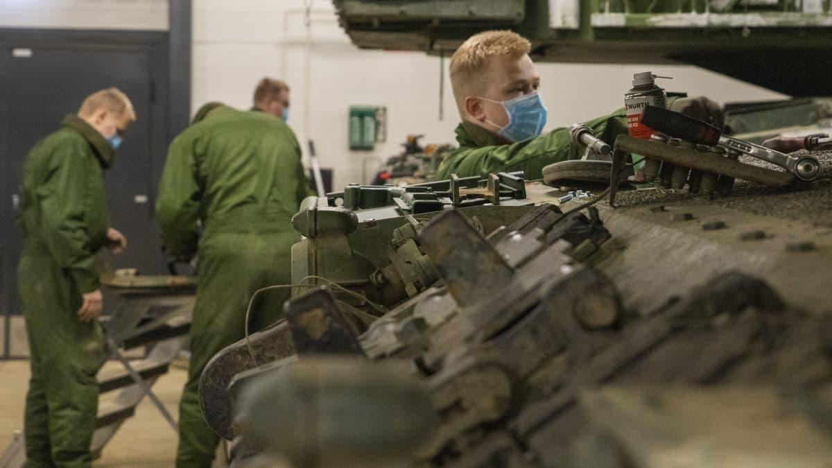 vaunujen ja välineiden huoltoa panssariprikaatissa