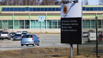 Stora Enson Veitsiluodon tehtaille ajaa parkkiin auto.