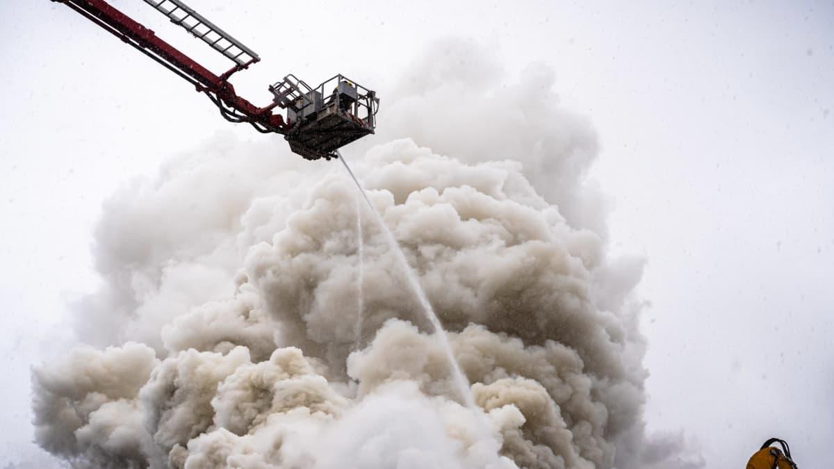 Tulipalo jätteidenkäsittelykeskuksella Tampereen Ruskossa