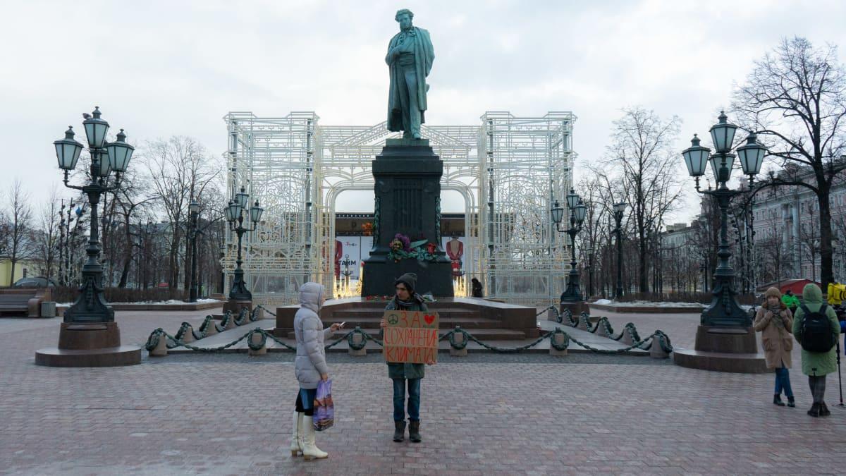 Ilmastoaktivisti osoittaa mieltään Moskovassa.
