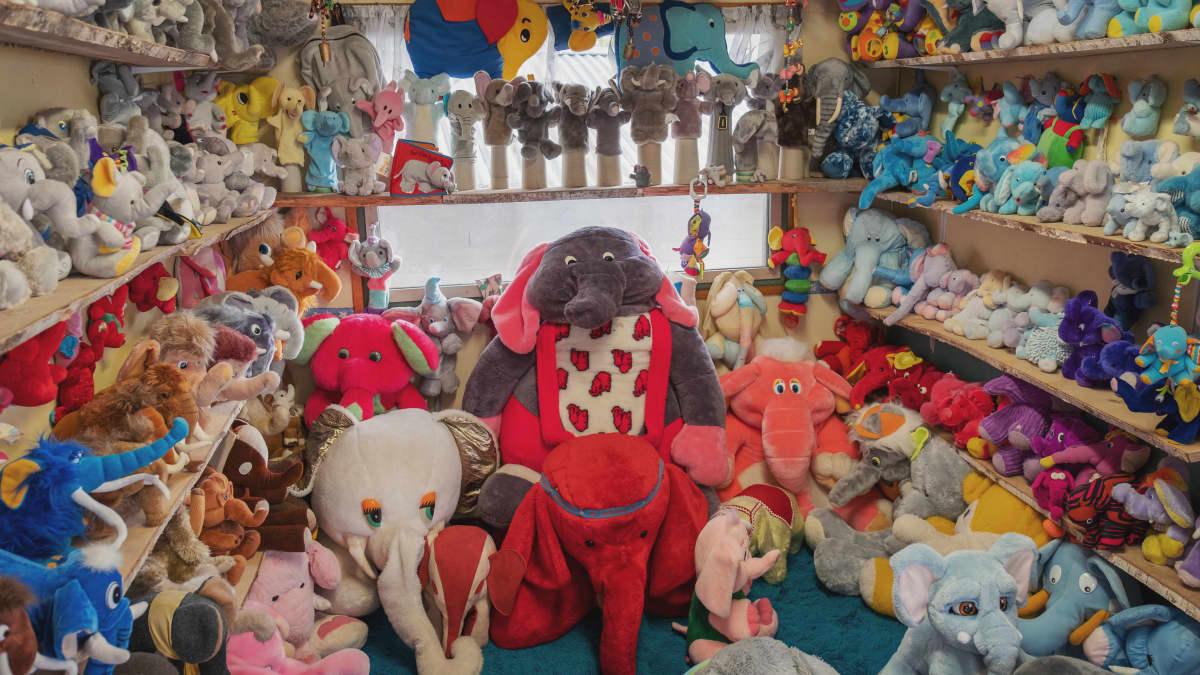 Lapset ovat erityisen viehättyneitä keräilystä. Se alkaa monesti leluista, jotka ovat lasten ensimmäinen valuutta, oma asia, jolla on arvoa. Egenland-tuotannon kuva.