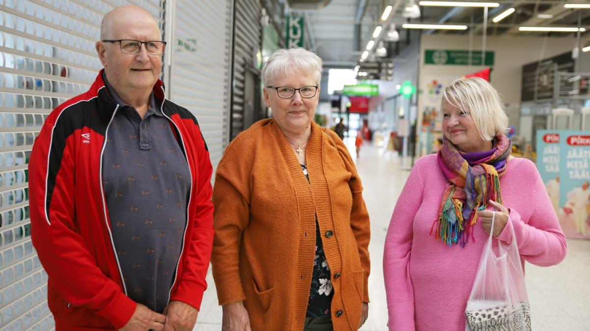 Jouko ja Sinikka Miettinen sekä Pirjo Myöhänen pysähtyivät lomareissullaan Keminmaan Citymarketissa ostoksilla