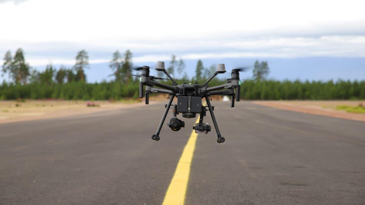 Haminalaisen Aeria -yrityksen drooni Pyhtään lentokentällä.