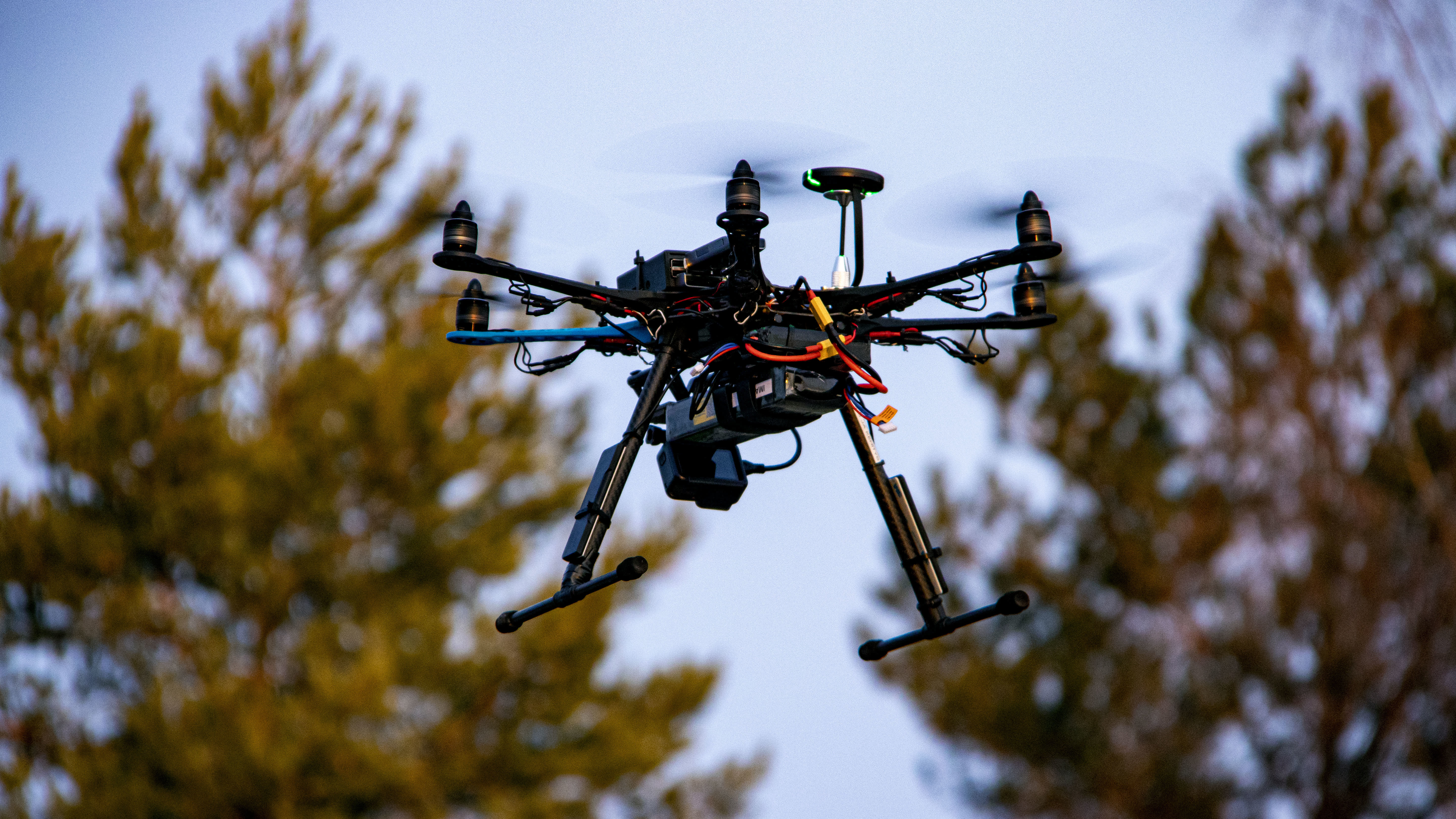 Drooni lentää ilmassa.