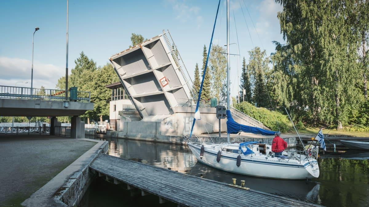Nostosilta on pystyssä ja purjevene odottaa pääsyä kanavaan.