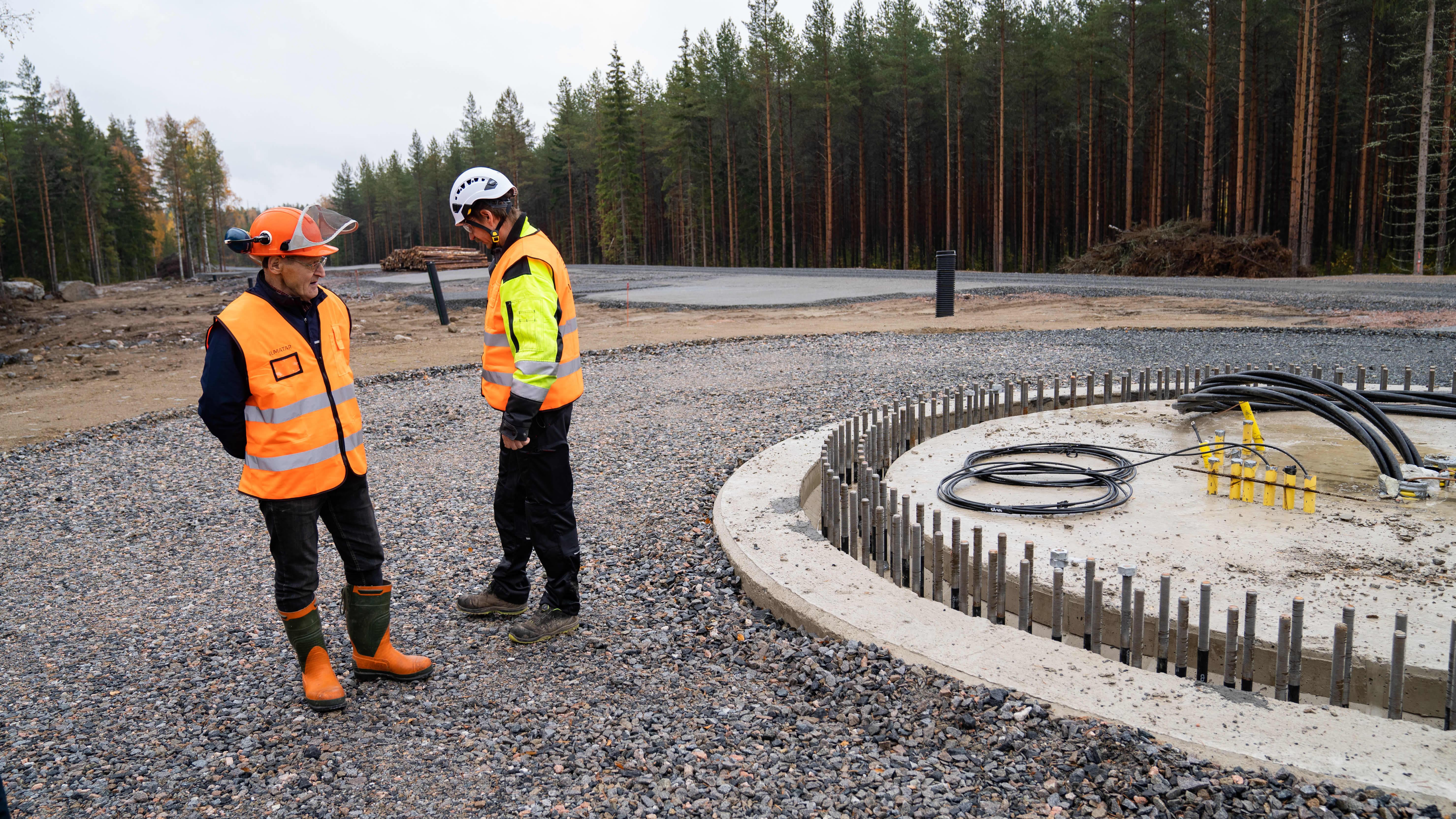 yleiskuva - Humppilan tuulivoimapuiston työmaalla perustuksia katselevat Pertti Pelto-Huikko ja Timo Pehkkuri