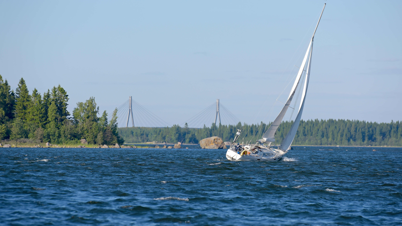 Segelbåt på havet, Replotbron syns i bakgrunden.