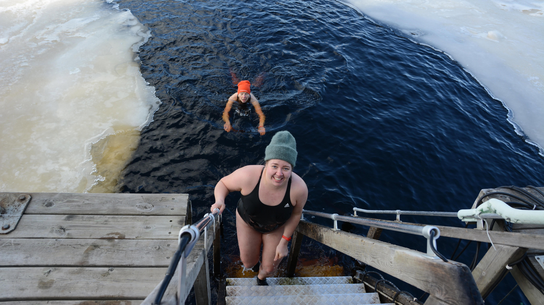 Avantouintipaikka Kajaanissa Annakarin Välimäki nousee portaita ylös hymy huulillaan.