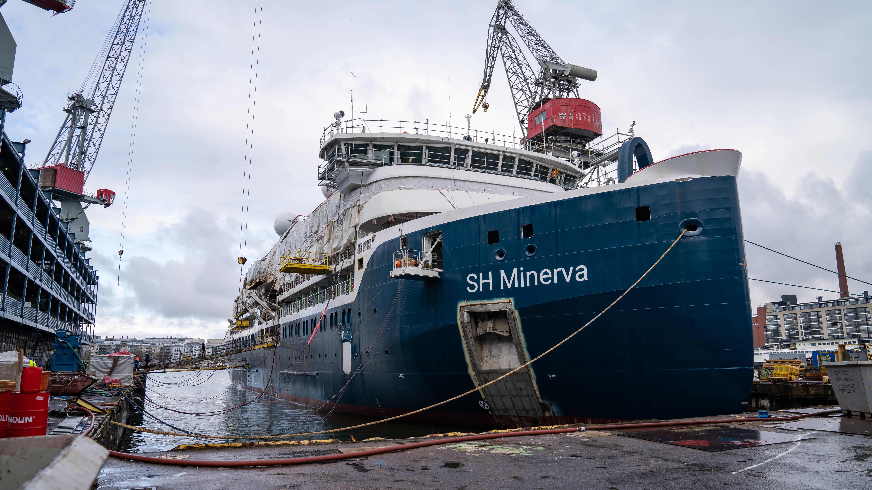 yleiskuva - SH Minerva, risteilylaiva Helsingin telakan laiturissa