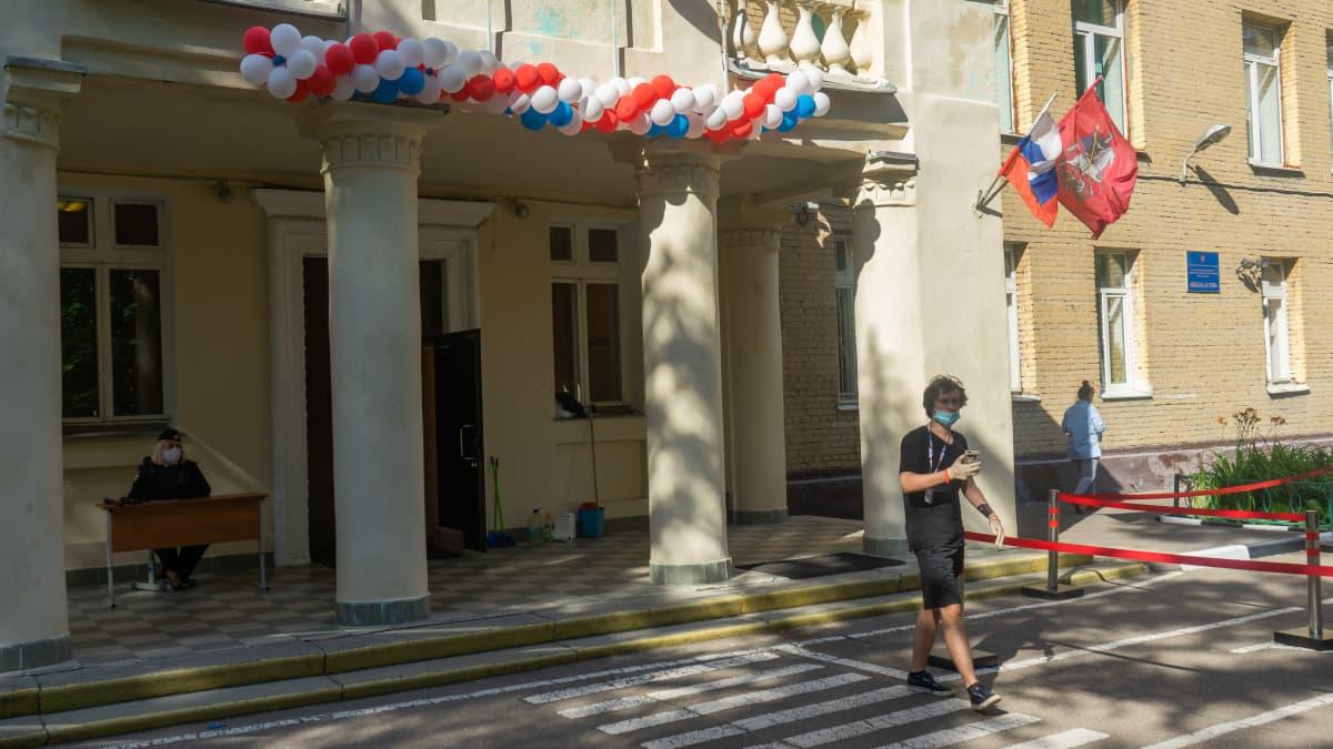 Moskovalaisen äänestyspaikan sisäänkäynti.