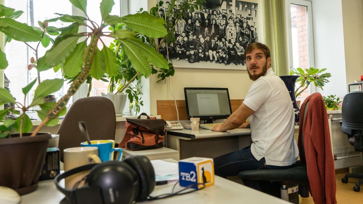 Mies toimistossa.