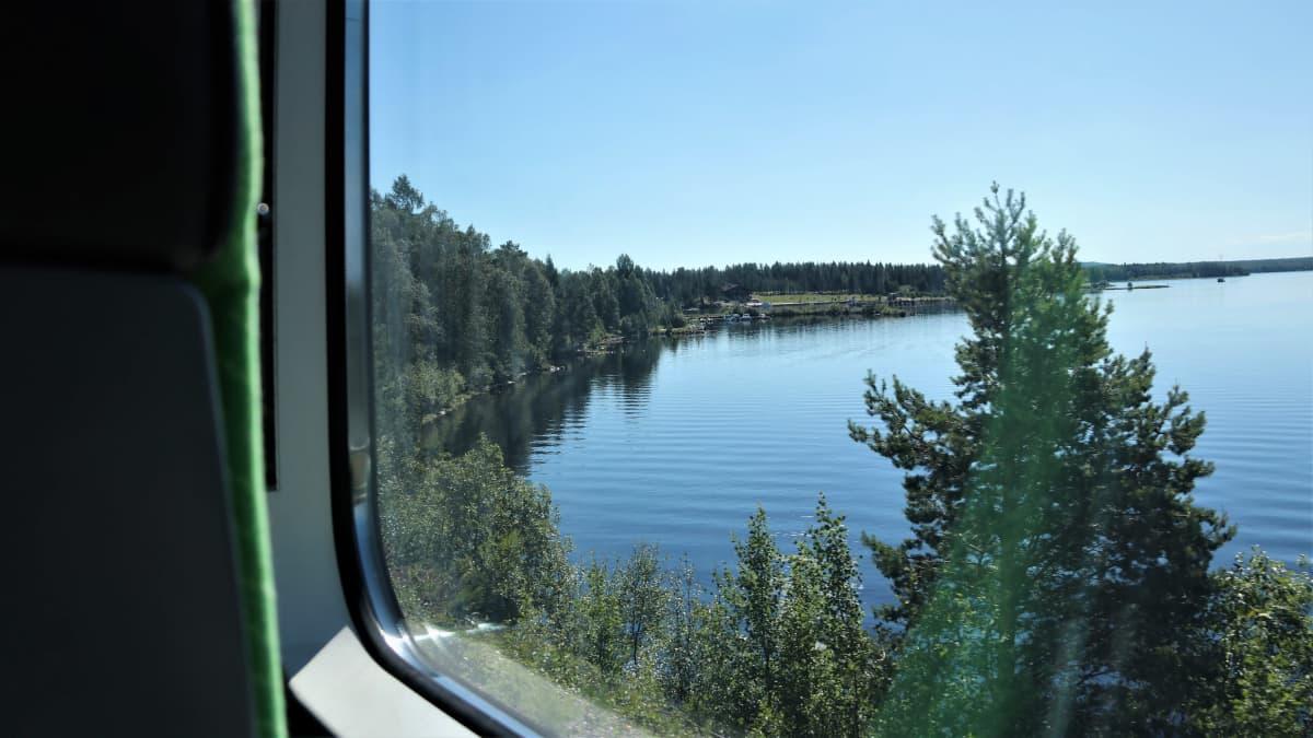 Kesäinen maisema junan ikkunasta.