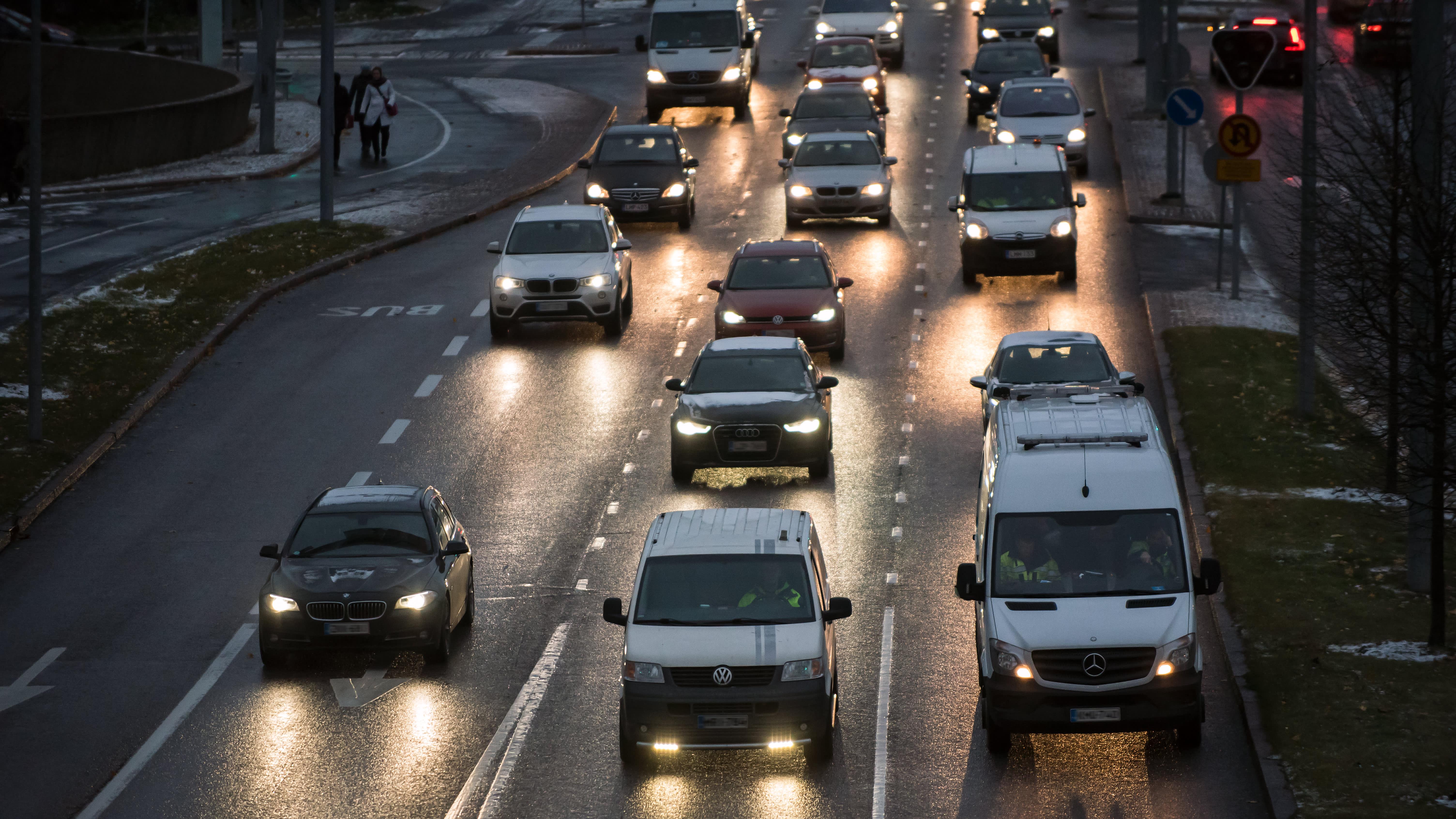 Aamuruuhka, Etelä-Haaga, Vihdintie, autojen valot, ruuhka, syksy, talvi, sade