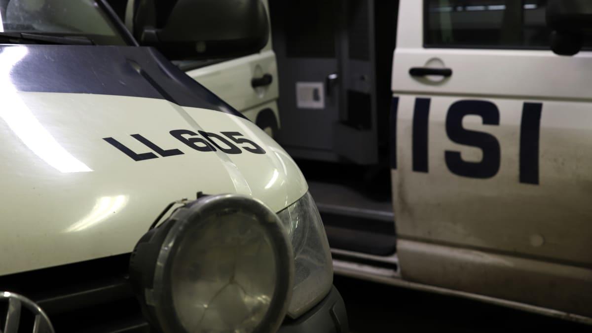Poliisin ajoneuvoja, ns. mustia maijoja tallissa.