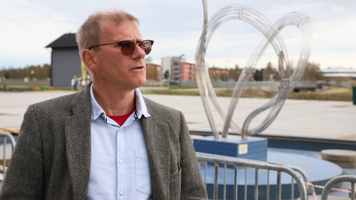 Kalixin sairaalan ylilääkäri Kjell Melander Ylen haastattelussa Tornion ja Haaparannan rajalla