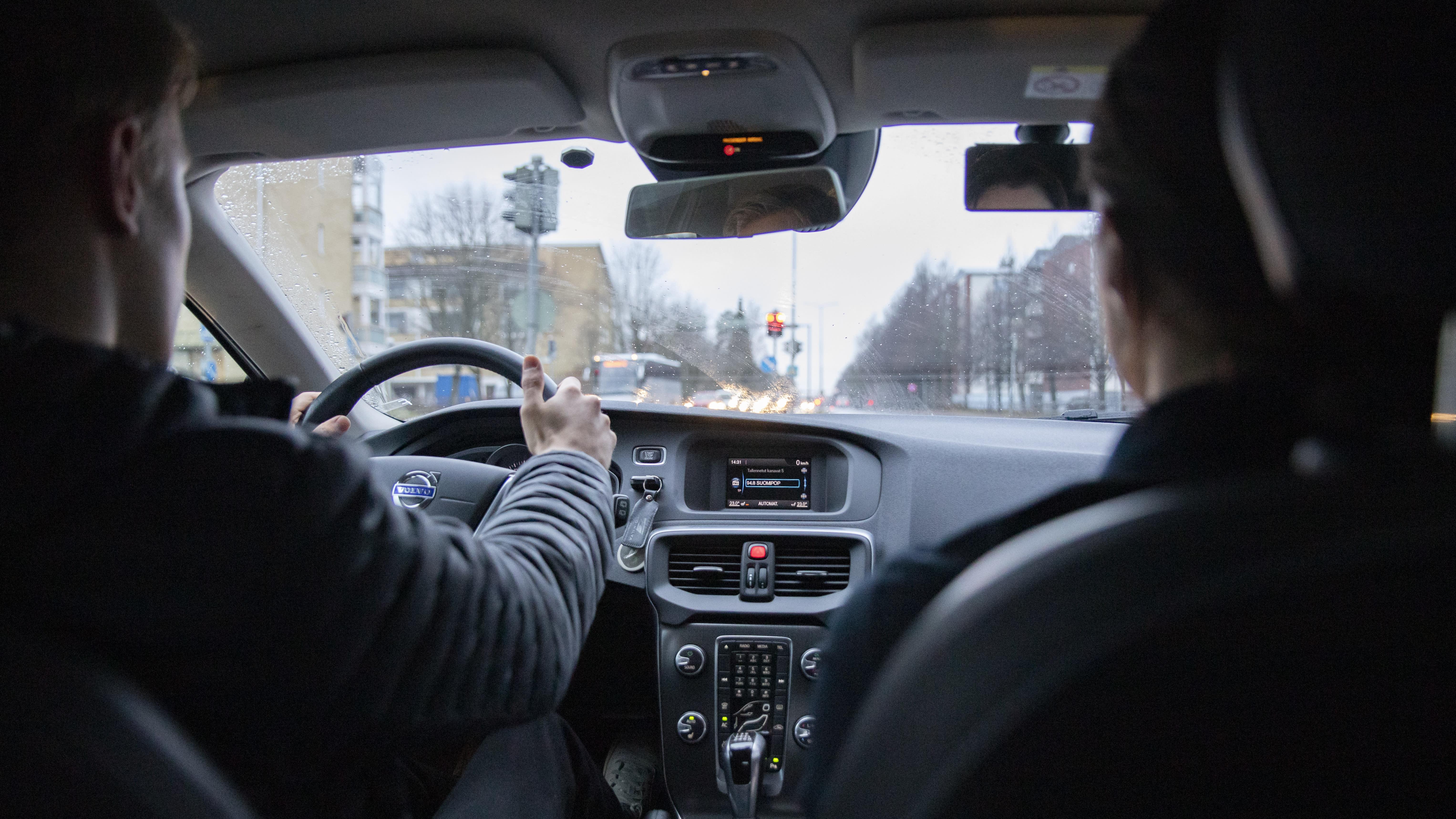Autokoulun oppilas ajotunnilla.