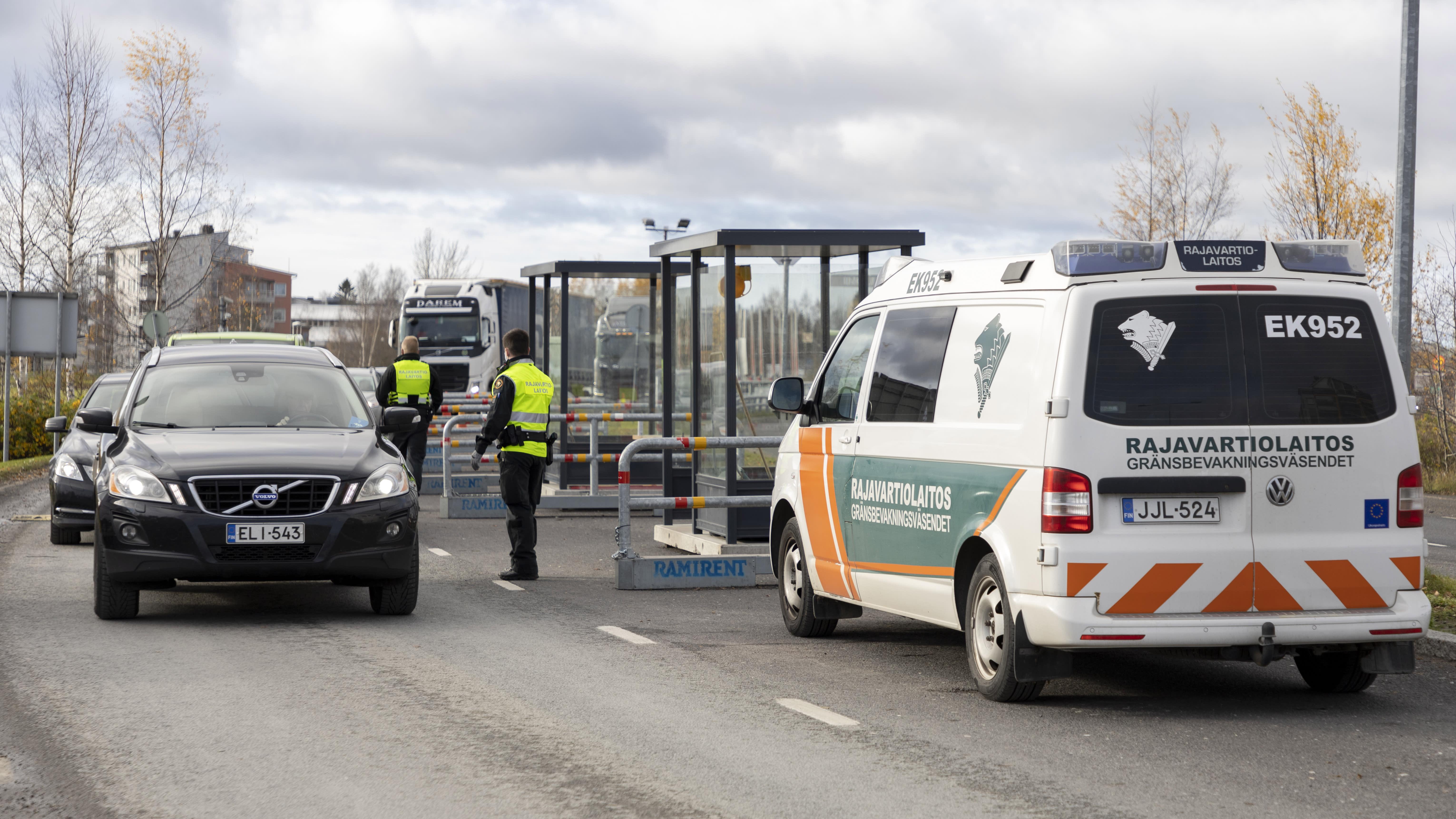Rajavartijoita pysäyttämässä autoja Torniossa Ruotsin rajalla.