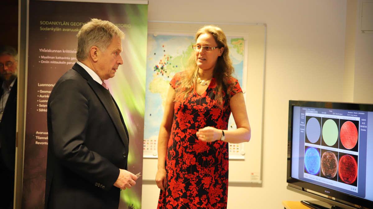 Tasavallan presidentti Sauli Niinistö vierailee Sodankylän Tähtelässä, kuvassa myös Eija Tanskanen, Sodankylän geofysiikan observatorion johtaja.