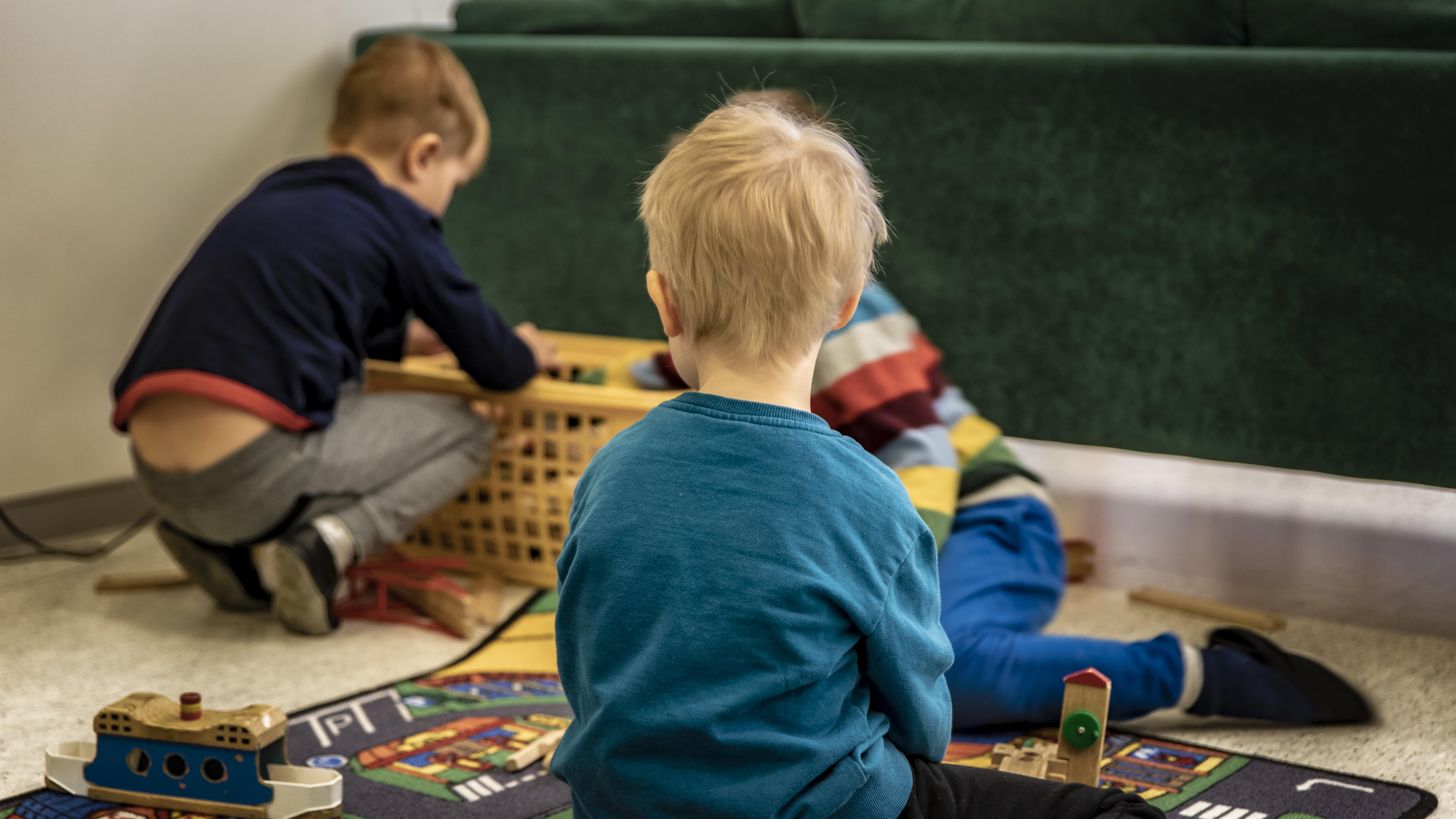 Pojat leikkivät