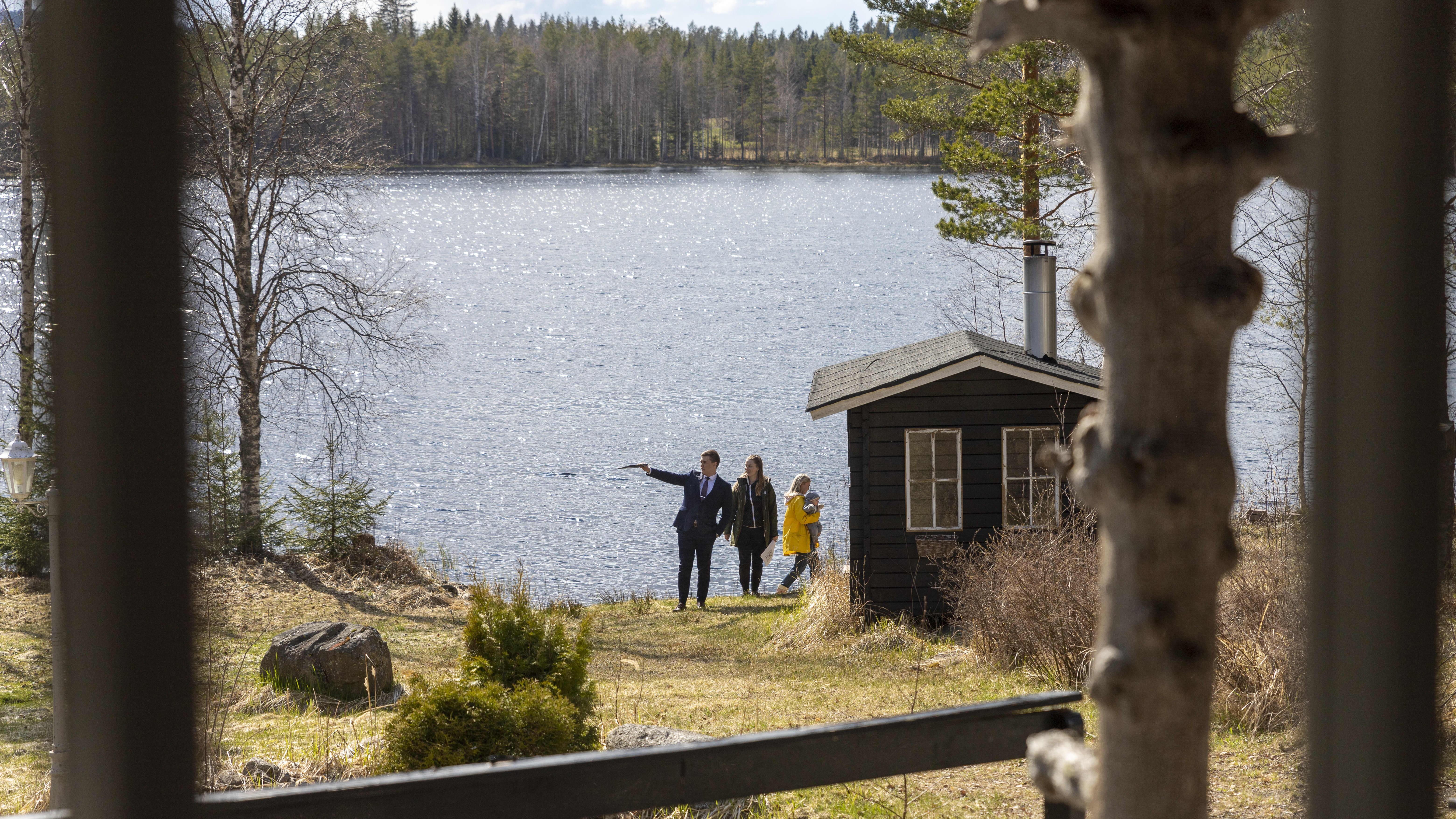 Maisema myynnissä olevan kesämökin ikkunasta järvelle.