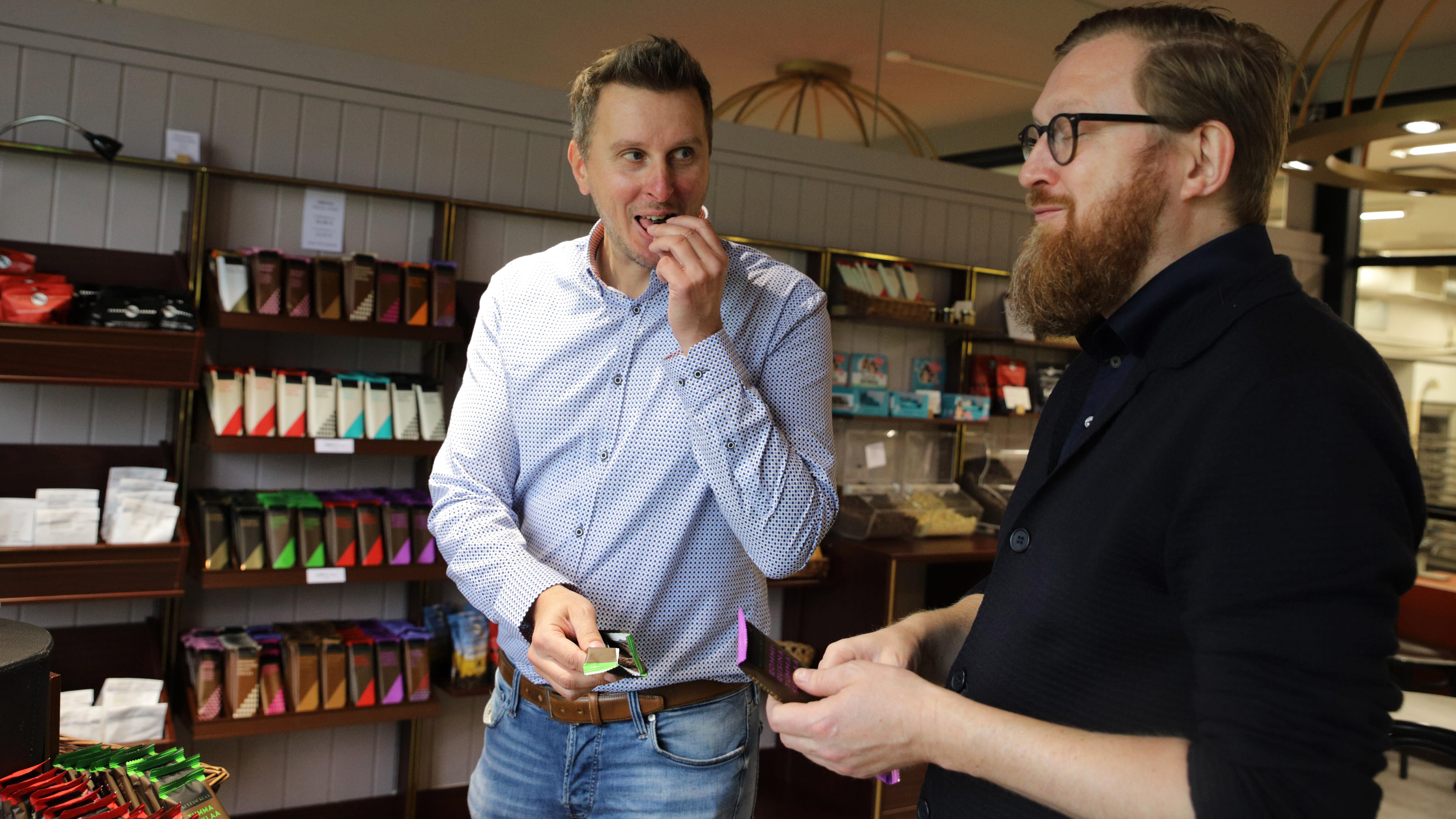Miehet maistavat suklaata Kultasuklaan myymälässä