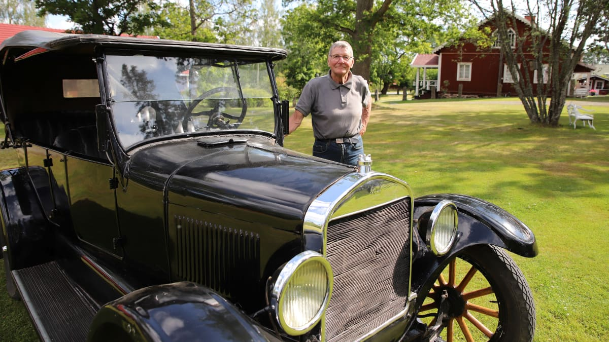 Timo Prihti ja T-mallin Ford vuodelta 1925.
