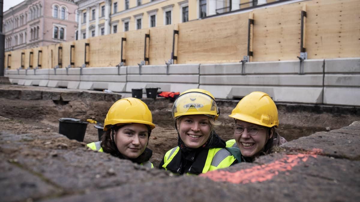 Kaivausapulaiset Taika-Tuuli Kaivo, Maria Ronkainen ja Inka Sallinen.