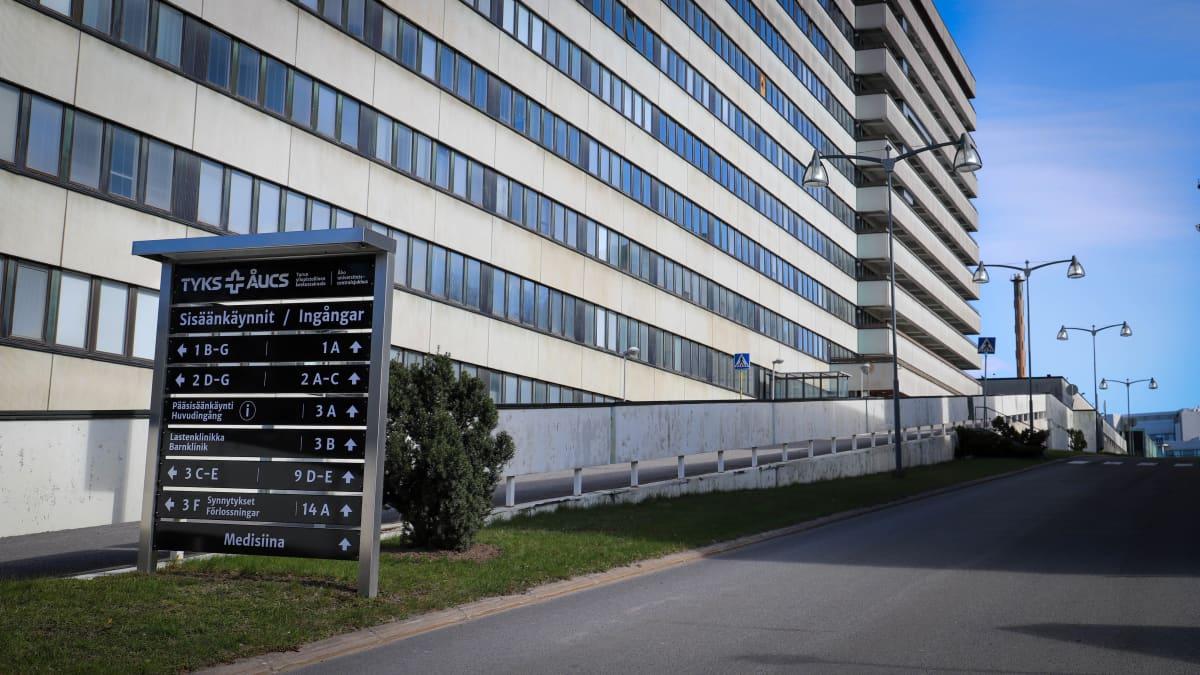 Informaatiokyltti Tyksin sairaalan edessä