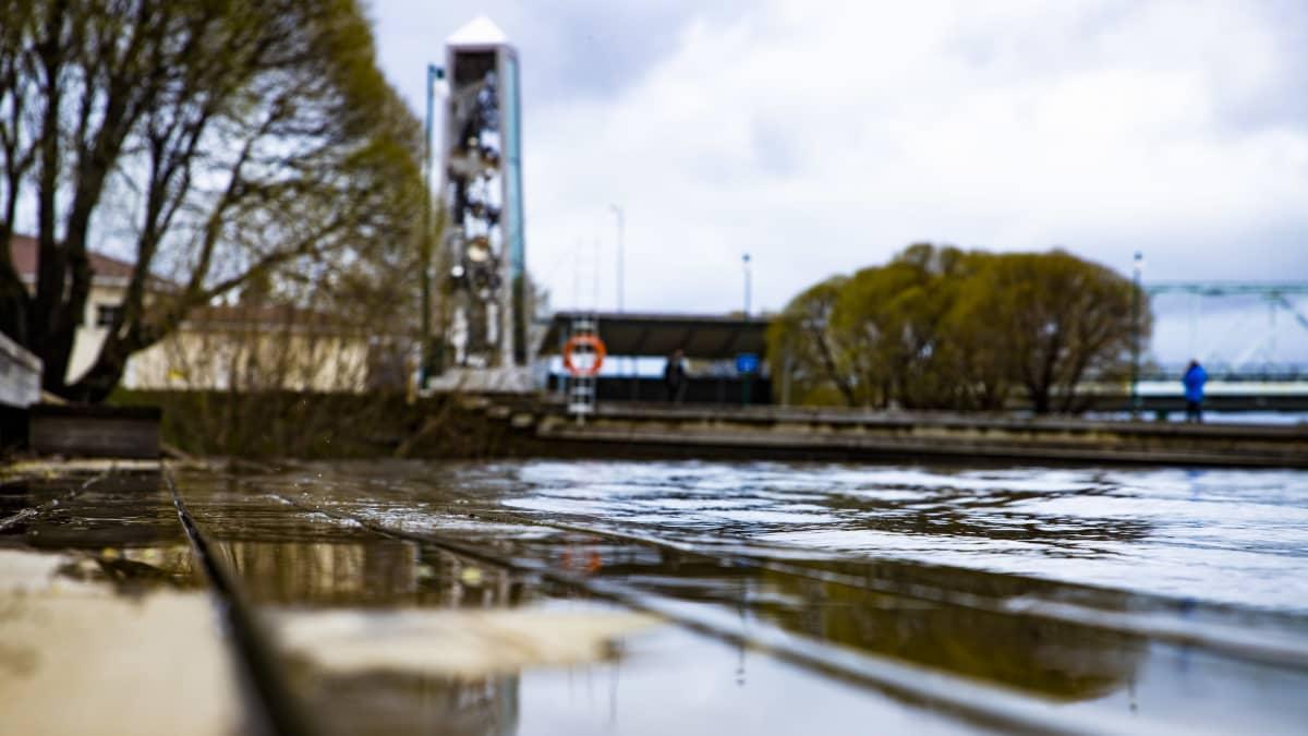 Tornion Möljänrannasta otettu kuva, josta huomaa veden nousseen.