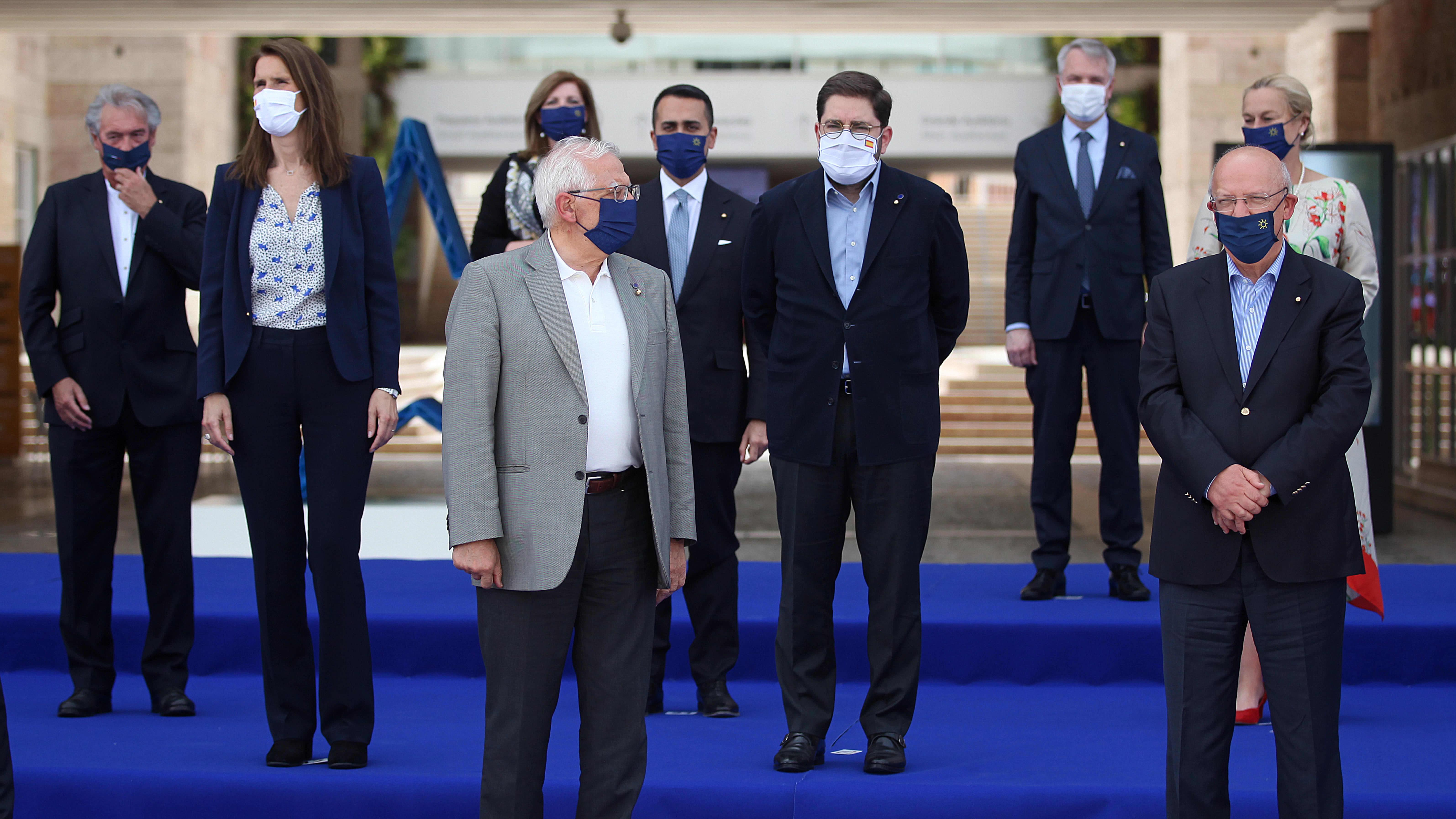 EU:n ulkoministerit ryhmäkuvassa maskit päässä Lissabonissa Portugalissa 27. toukokuuta.