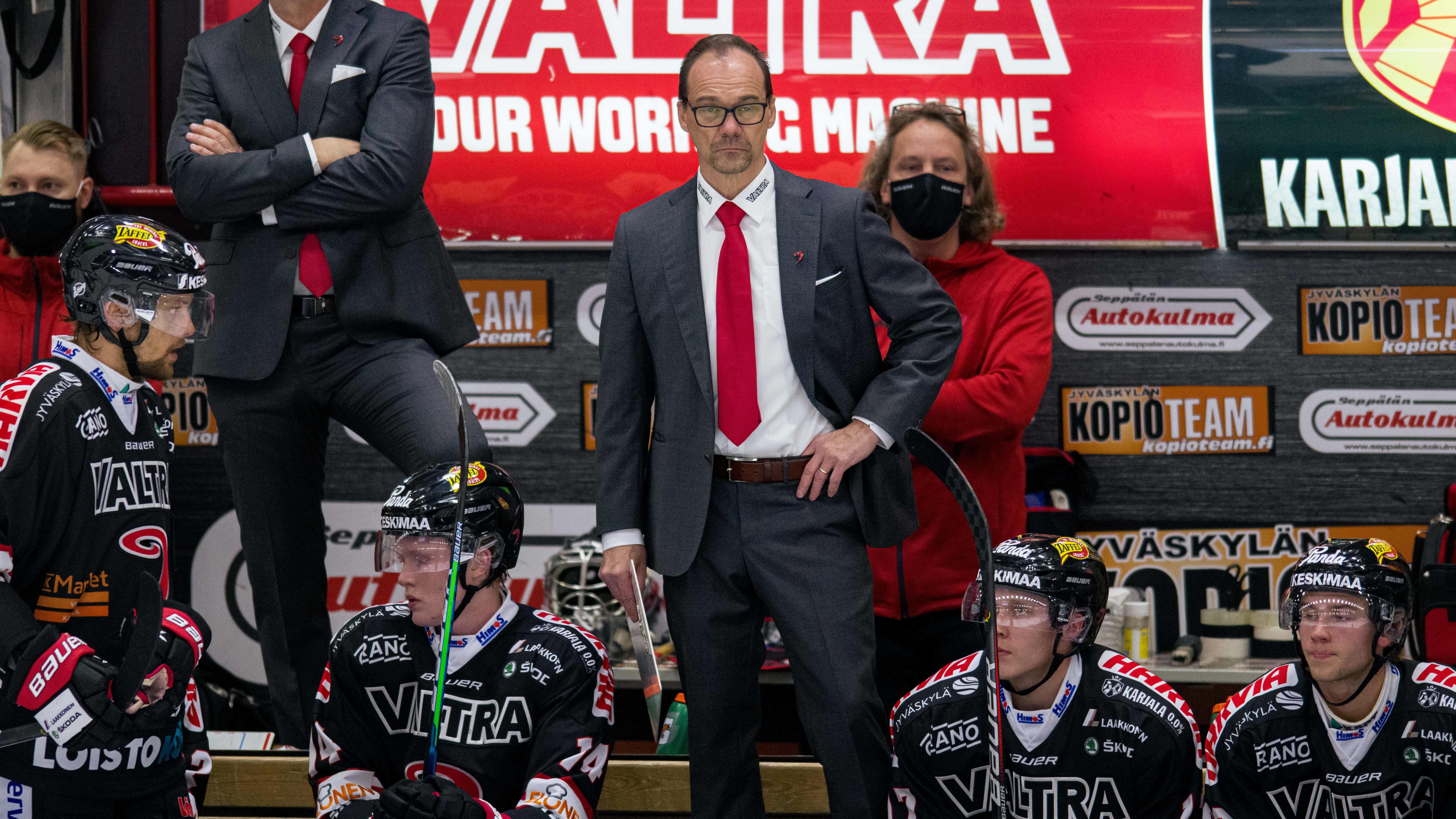 Jukka Ahvenjärvi vaihtoaitiossa.