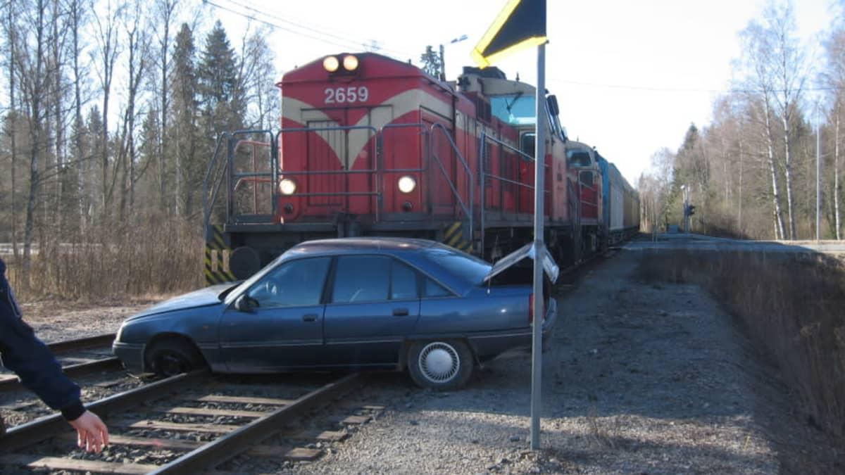 Juna on törmännyt henkilöautoon