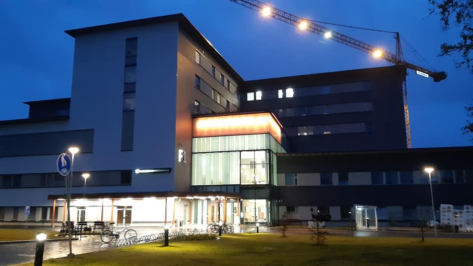 Kainuun uusi sairaala valaistiin oranssilla värillä Maailman potilasturvallisuuspäivänä.