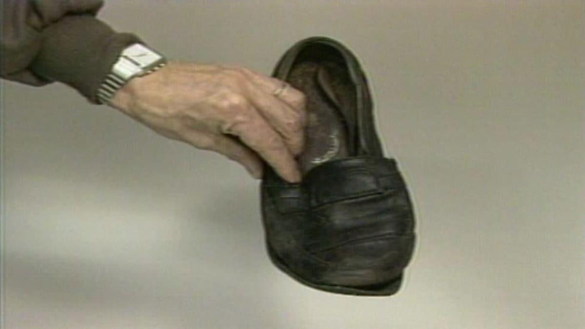 kenkä miehen kädessä
