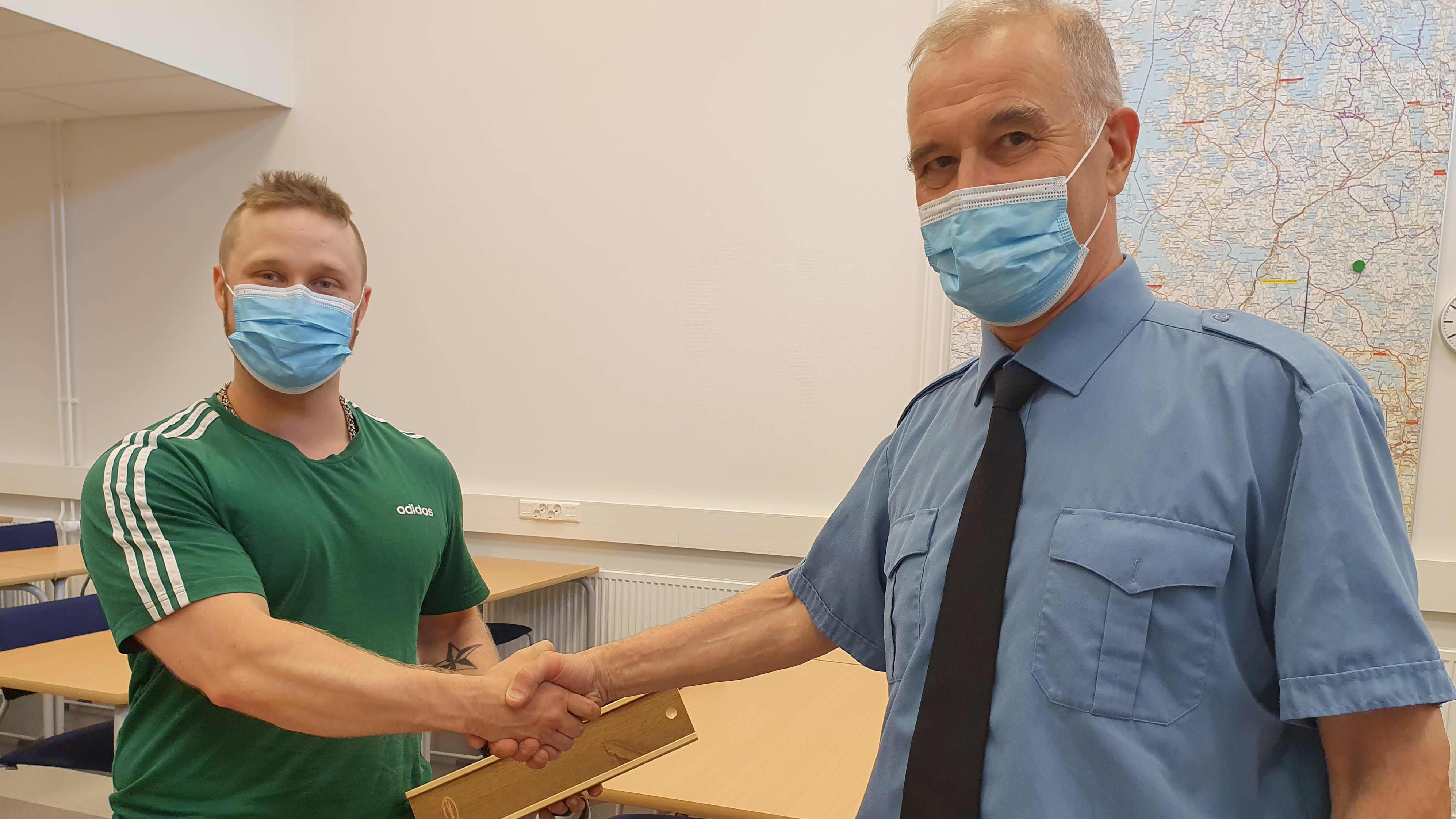 Niko Nieminen sekä kunniakirjan luovuttanut aluepalopäällikkö Jari Lehtinen