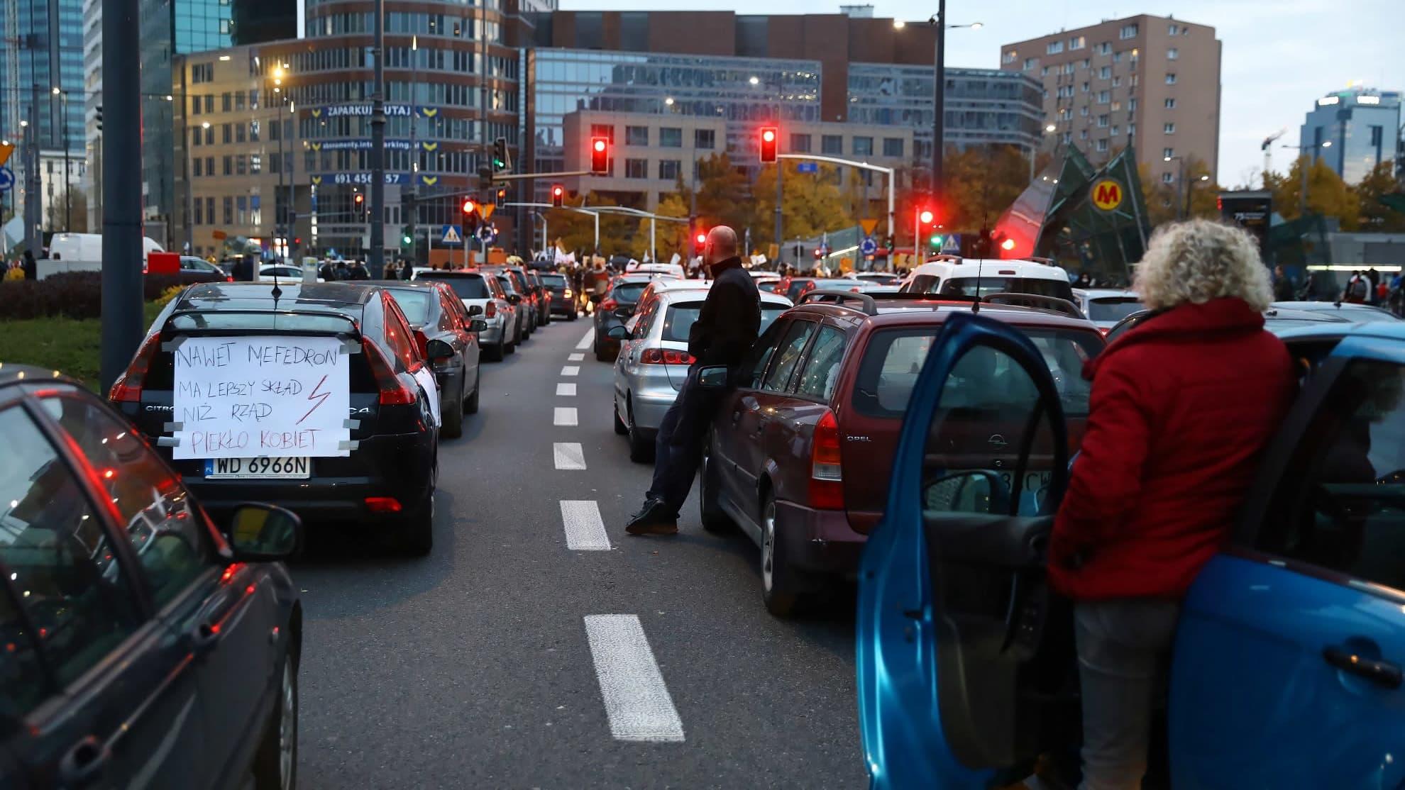Mielenosoittajat tukkivat maanantaina 26.10 teitä Varsovan keskustassa.