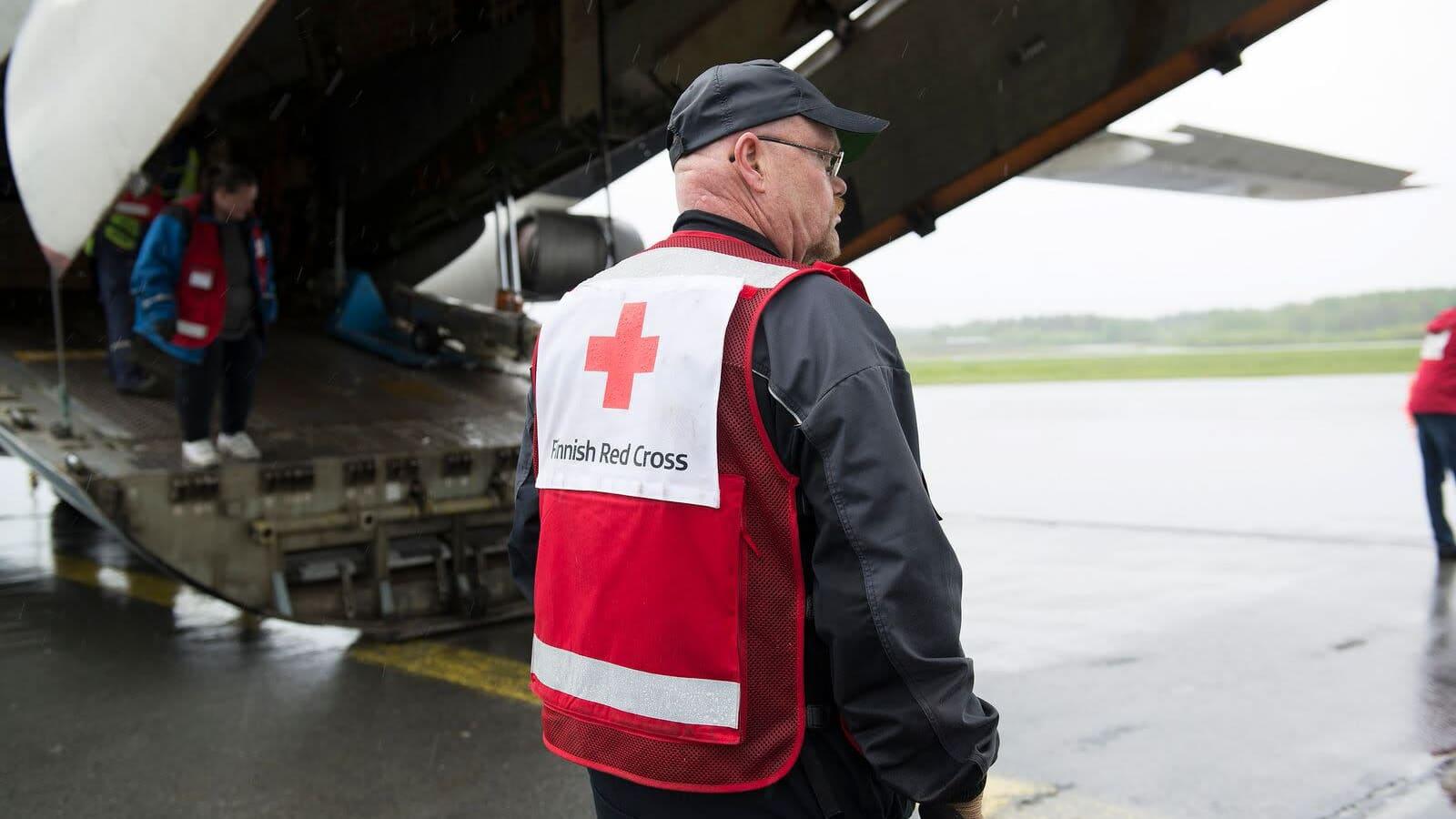 SPR:n avustajia Pirkkalan lentokentällä toukokuussa 2015.