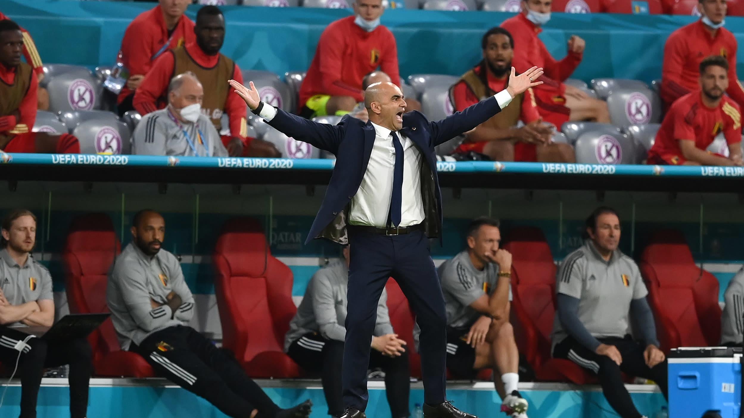 Roberto Martinez levittelee käsiään Belgian ja Italian välisessä EM-puolivälierässä 2.7.2021.