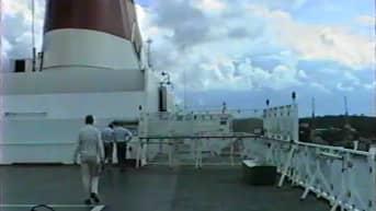 poliisit kävelevät laivan kannella