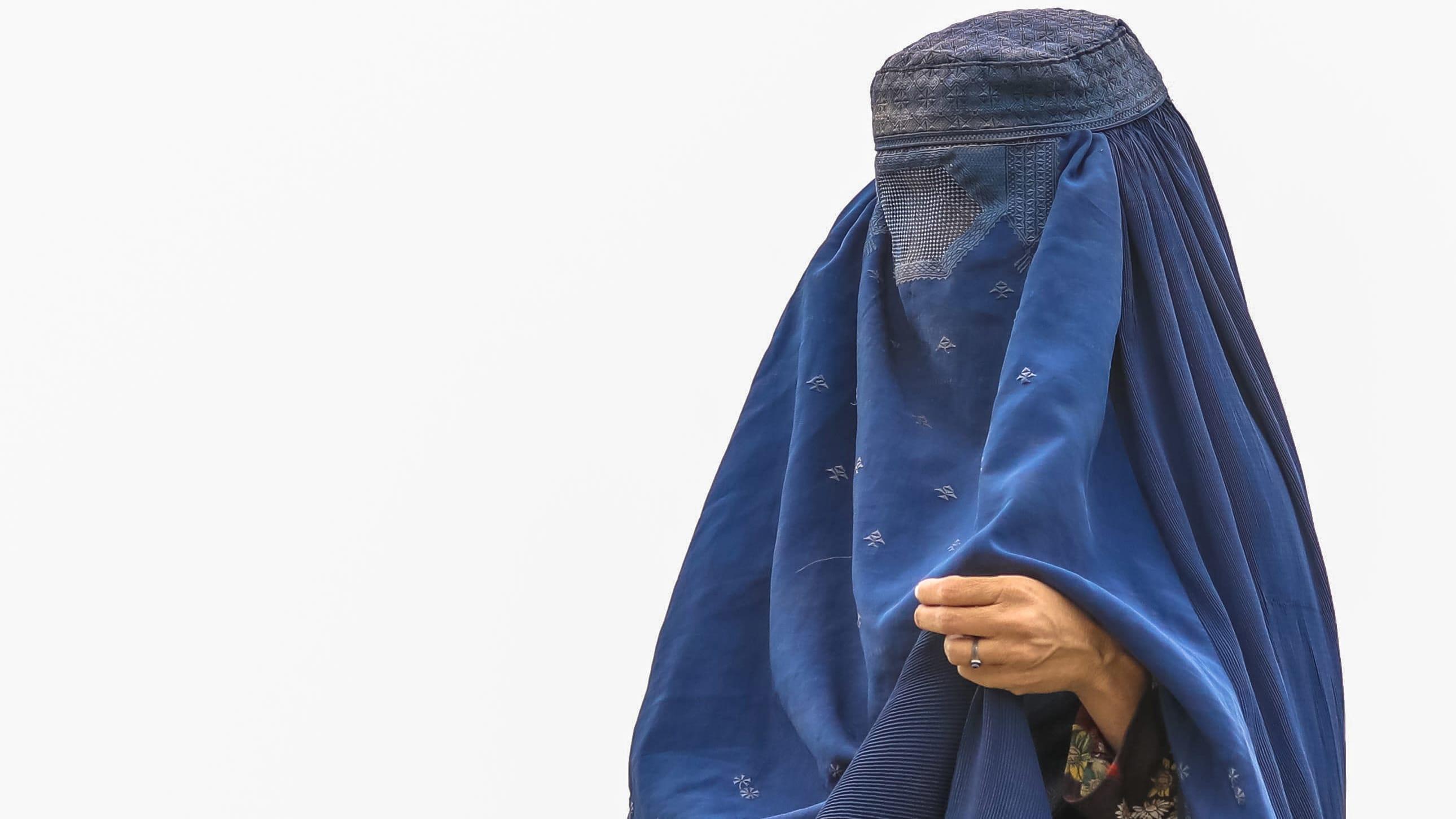 Pohjois-Afganistanista Kabuliin taisteluiden alta paennut nainen seisoi kadulla 14. elokuuta.