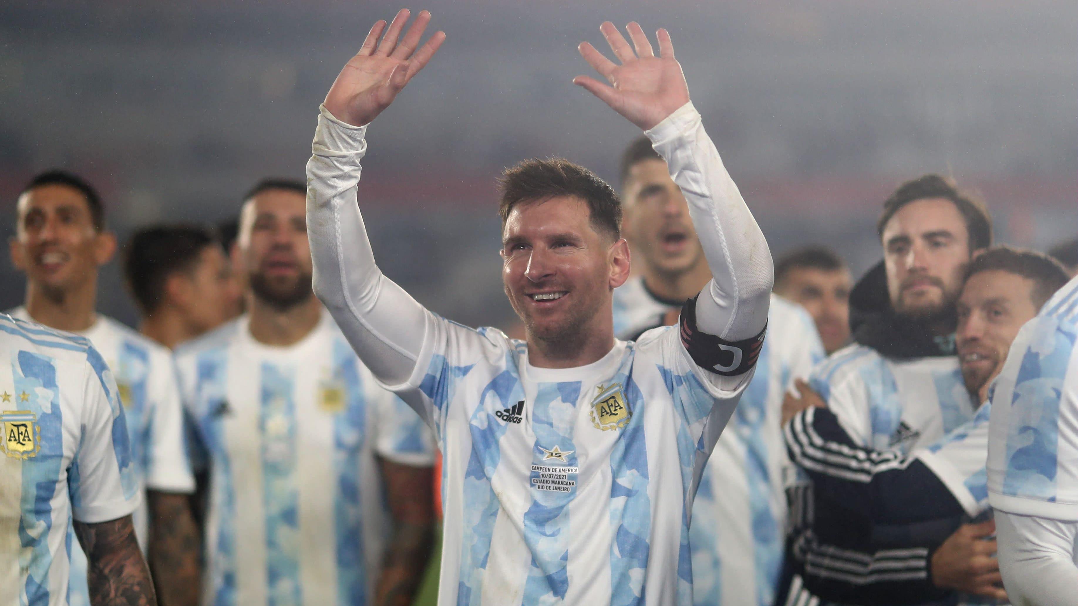 Lionel Messi kiittää yleisöä pelin jälkeen.