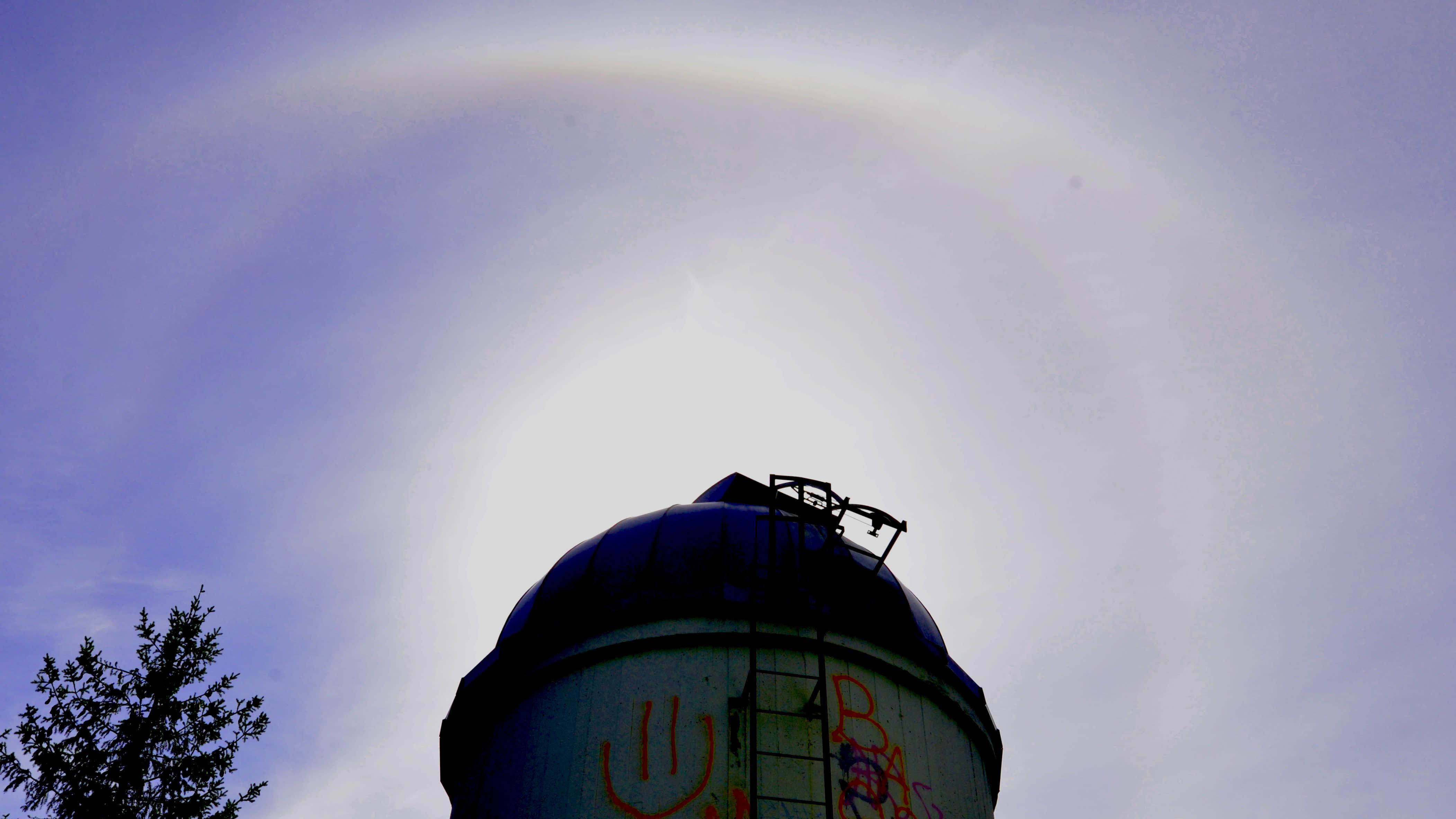 Rihlaperän tähtitorni, Jyväskylä. Tornin yllä taivaalla suuri haloilmiö.