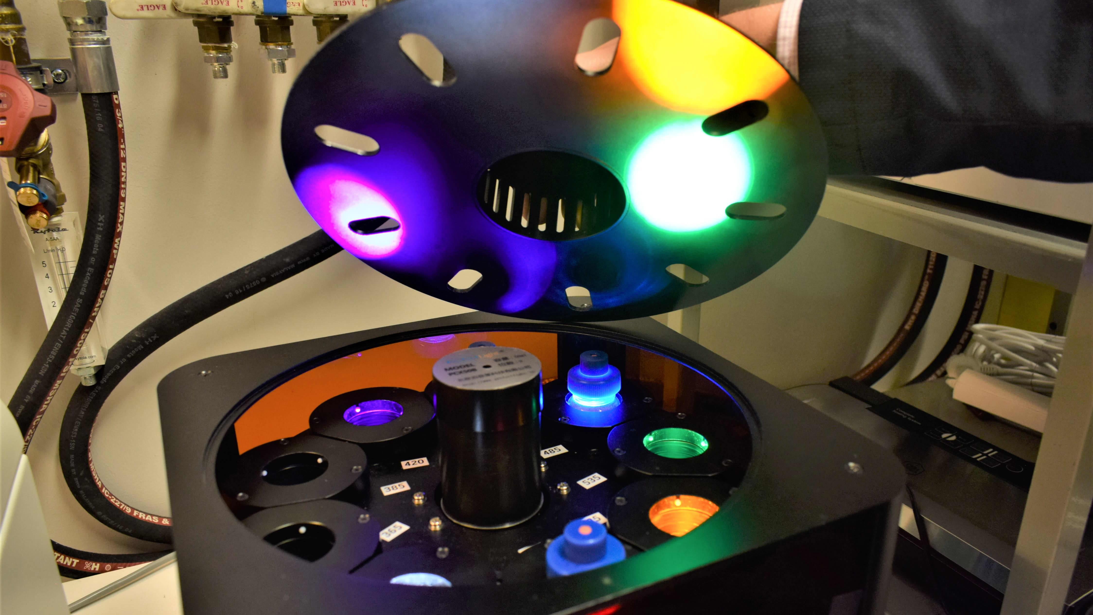 Tämä on valokatalyysireaktori. Professori Marko Huttulan tiimin tutkiman valokatalyysin avulla voitaisiin ratkaista koko maailman energiatalous.