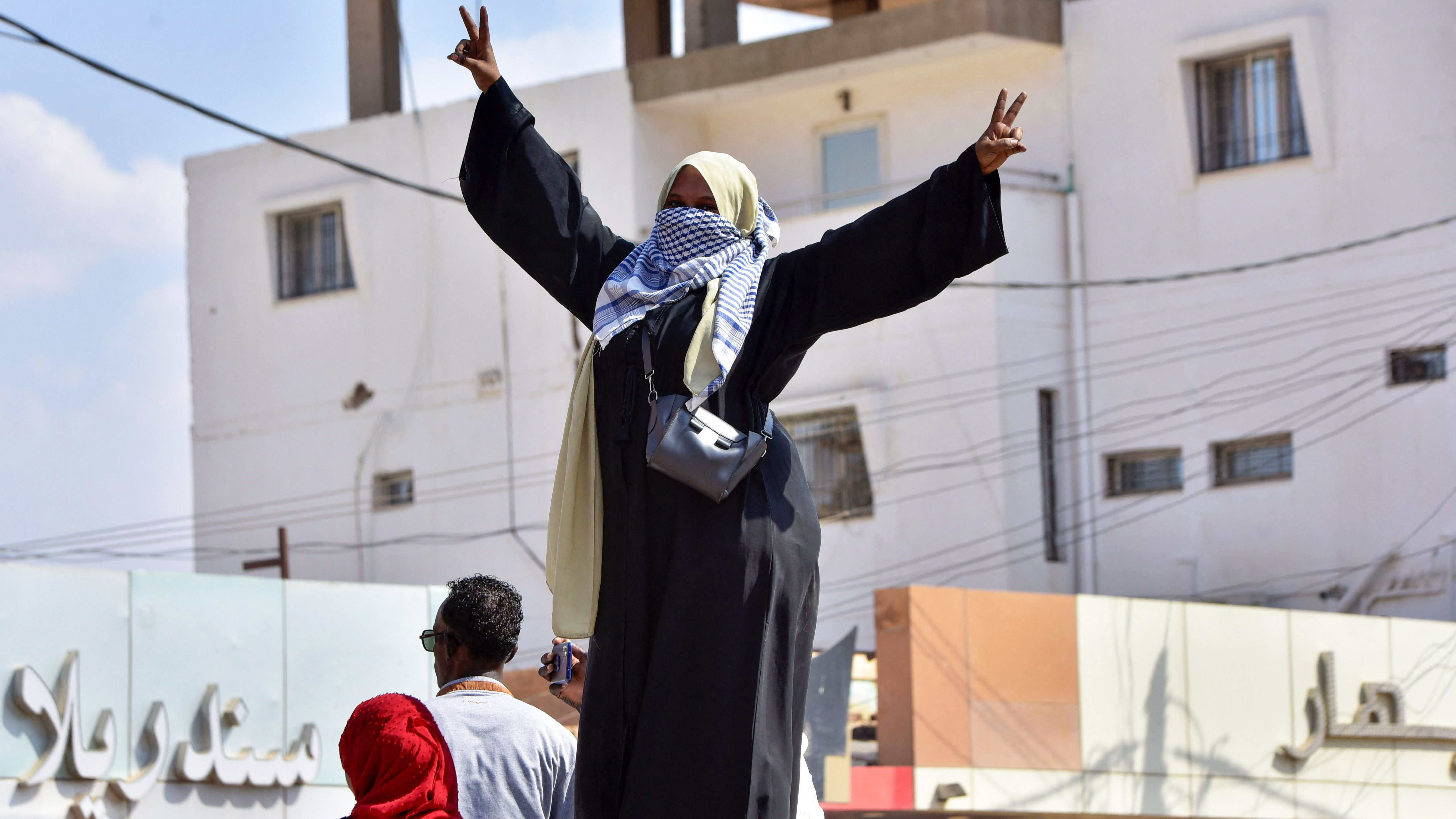 Nainen osoittaa mieltään Sudanissa.