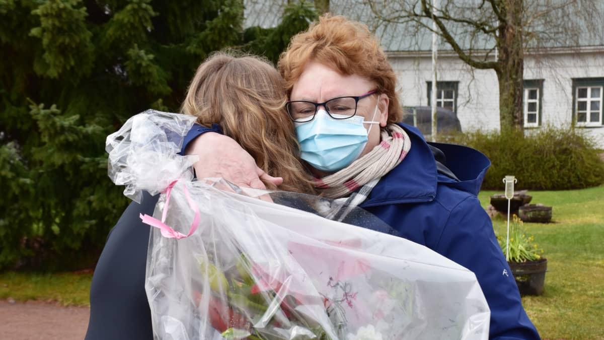 Säkyläläinen Tuula Vätti yllätettiin äitienpäivän alla: Laura Toivonen tapasi tukiperheensä äidin kymmenen vuoden jälkeen