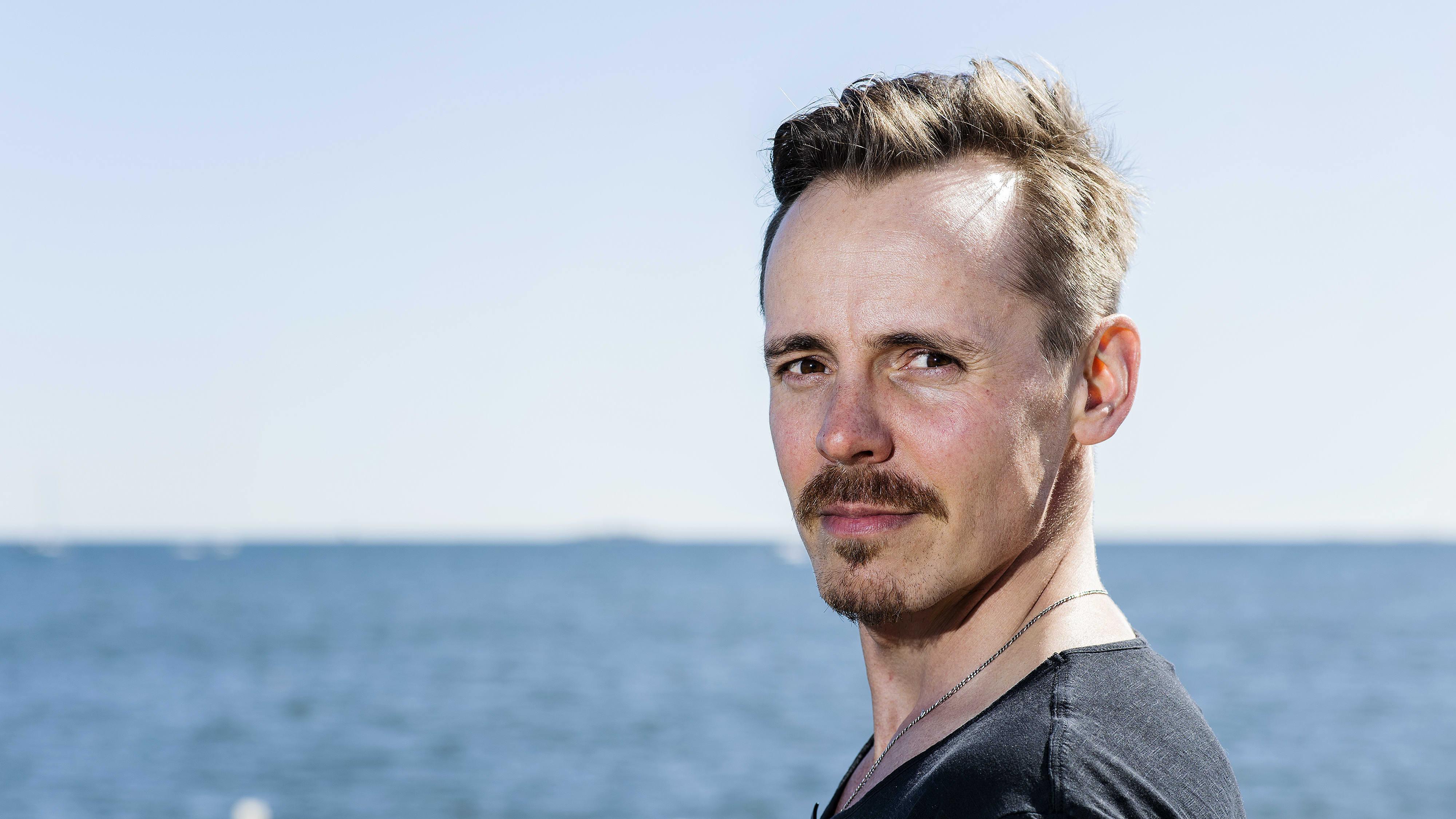 Näyttelijä Jasper Pääkkönen kuvattiin Helsingin Hernesaaressa aurinkoisena päivänä toukokuun lopulla.