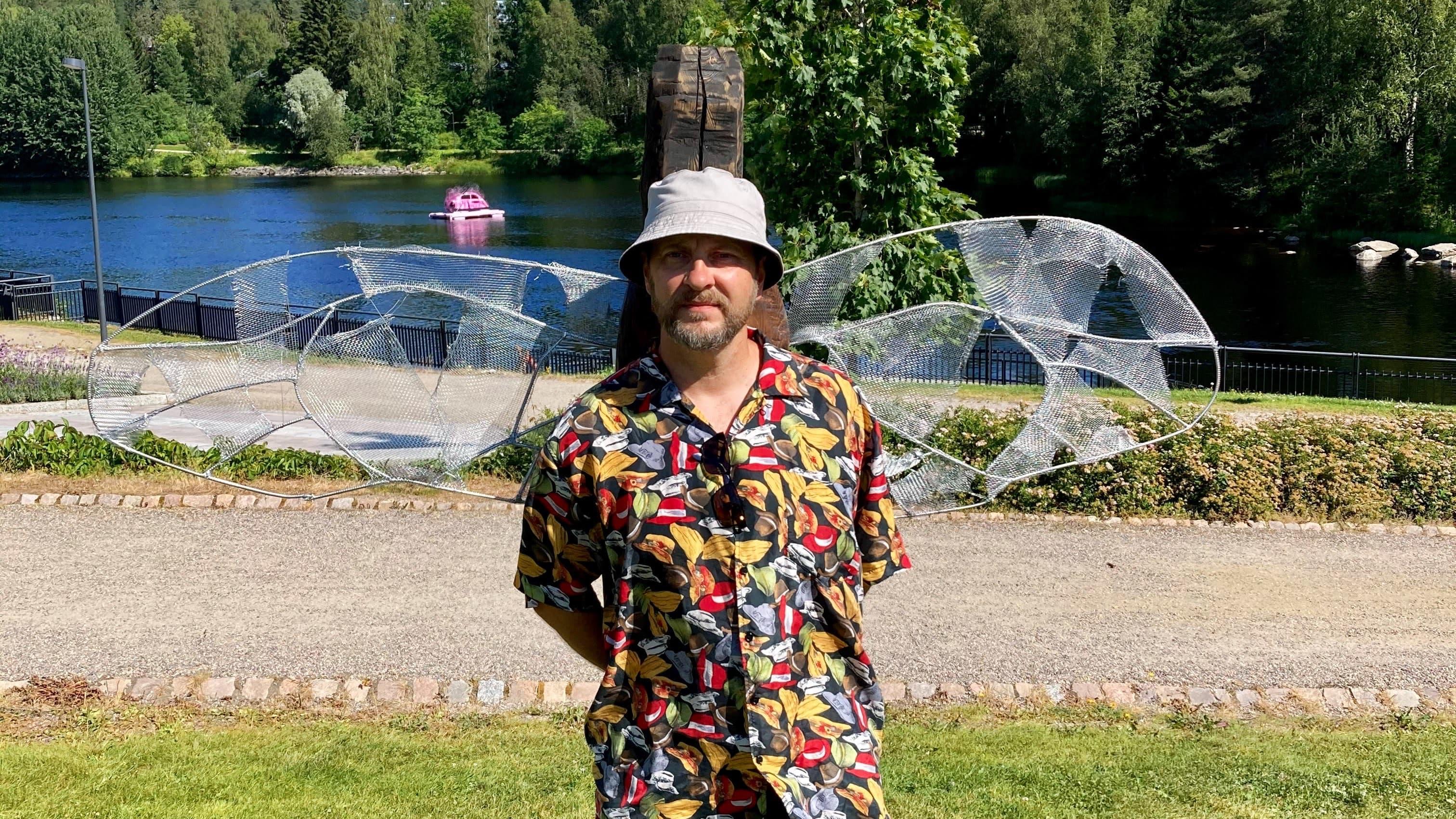 taitelija Markku Hernetkoski siivet selässä