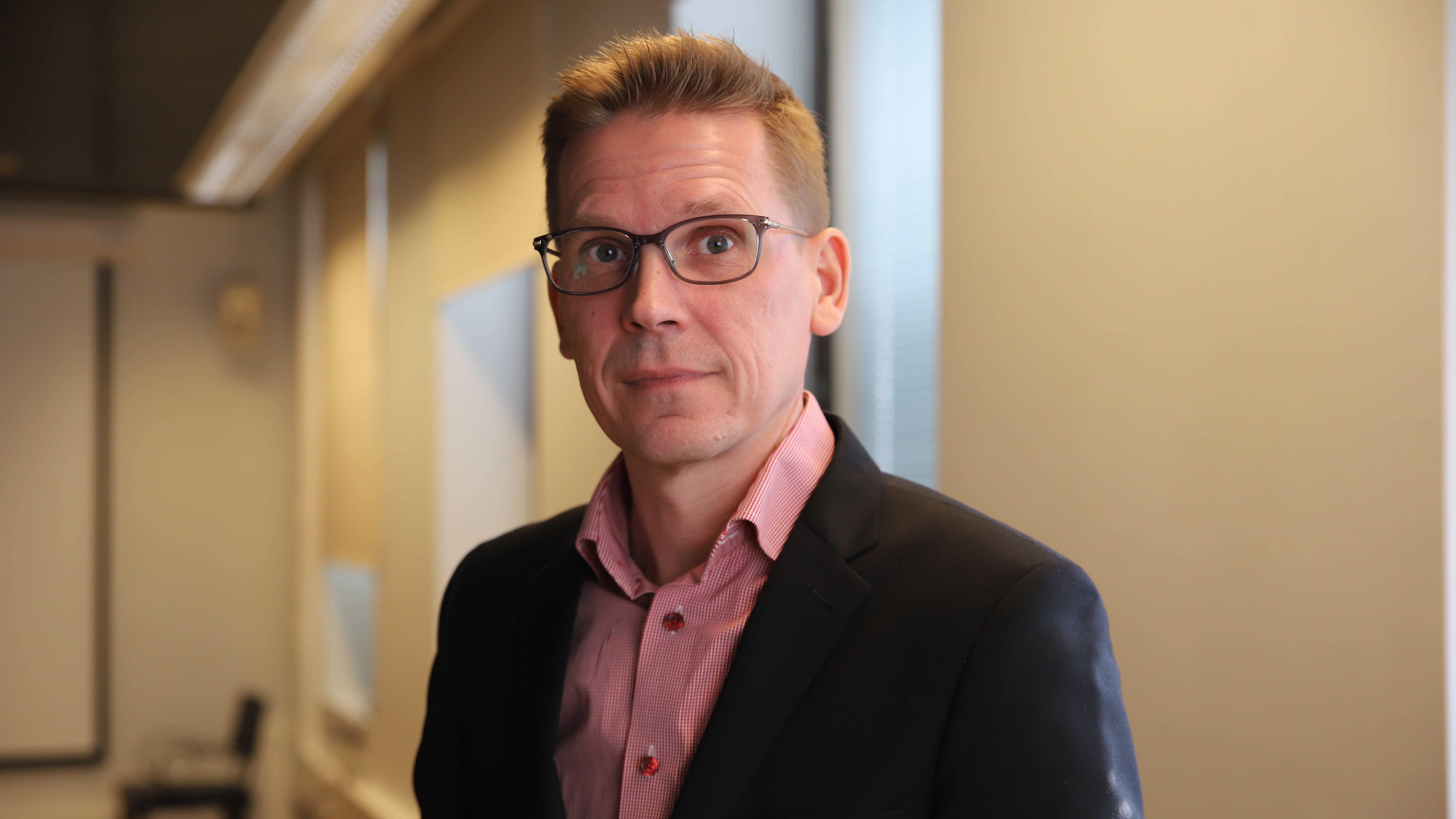 Sami Virtanen Kotkan kaupungintalolla.